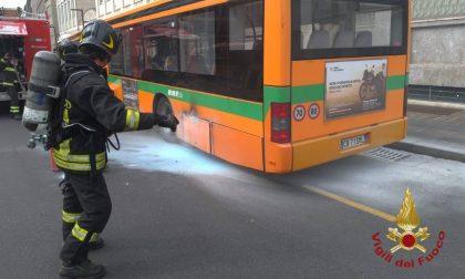 Autobus in fiamme nel centro di Bergamo: nessun ferito. Sul posto i vigili del fuoco