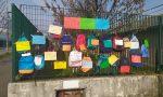 La protesta degli zaini appesi fuori da scuola, per dire no alla didattica a distanza