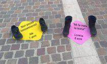 Le mamme (e le scarpe dei bimbi) di Nembro in piazza contro la didattica a distanza