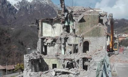 Se ne va un pezzo di storia: demoliti due edifici nel villaggio minerario di Gorno