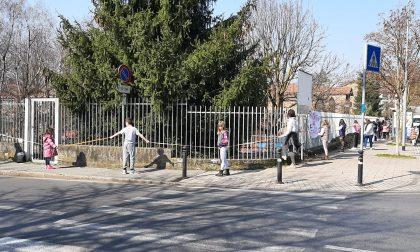 Il video dell'abbraccio alla scuola di bimbi e genitori contro la didattica a distanza