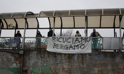 Treno per Orio, strappati i volantini del comitato di Boccaleone: «Atto vile»