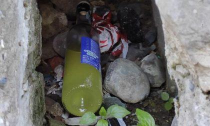 Siringhe, cartacce e cocci di bottiglie di alcolici: il degrado lungo vicolo San Carlo