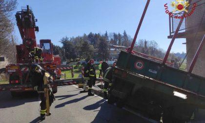 Il video dell'intervento dei pompieri a Scanzo: un trattore s'è ribaltato nel cortile di una casa
