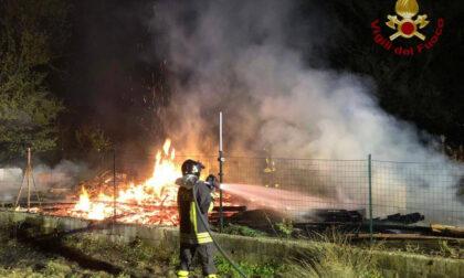 Incendio a Terno d'Isola, distrutti 200 metri quadrati di un deposito di materiali