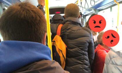 Riaprono le scuole e i bus sono di nuovo strapieni, una lettrice: «Accade da un anno»