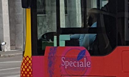 Autisti Atb che parlano al cellulare mentre guidano, foto di un lettore