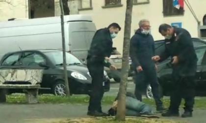 """""""No mask"""" importuna i passanti: il video dell'intervento dei carabinieri in strada"""