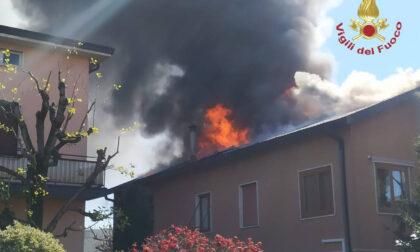 A fuoco il tetto di un'abitazione a Brembate: nessun ferito, ma la casa è inagibile