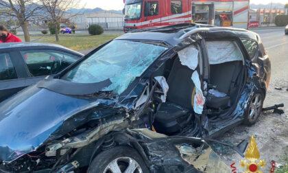 Incidente all'alba a Mapello: 2 auto distrutte, colonnina del gas danneggiata e 4 feriti non gravi