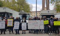 L'appello di ambulanti e fieristi, in piazzale Alpini: «Fateci lavorare nei mercati all'aperto»