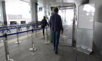 All'ingresso dell'aeroporto entra in funzione una speciale cabina che sanifica i passeggeri