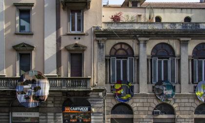 Nuvole colorate sulla facciata dell'ex Teatro Nuovo (che diventa spazio espositivo)
