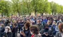 """Video, foto e parole del """"No paura day"""": in 600 sul Sentierone (cantando «la pandemia è una fesseria»)"""