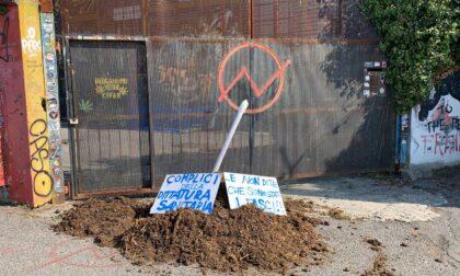 Tamponi gratuiti, fuori dal Pacì Paciana letame e cartelli contro la «dittatura sanitaria»