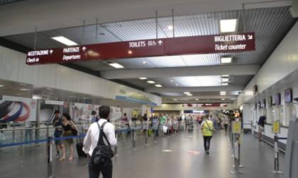 Norme diverse in ogni Paese e tempi lunghi per i controlli: code al check-in e voli persi