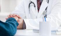 Vaccini ai fragili in Lombardia: prenotazioni partite, ma mancano i form per i medici di base, molti cronici e caregiver slittano
