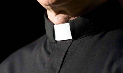 Prima lo filma, poi gli chiede soldi: prete del Sebino vittima di un ricatto a luci rosse