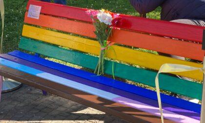 Il consigliere leghista Bianchi contro la panchina arcobaleno: «Il Comune la rimuova»