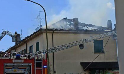 Incendio alla Bagina, a Dalmine: distrutto il tetto di una palazzina, ma nessun ferito