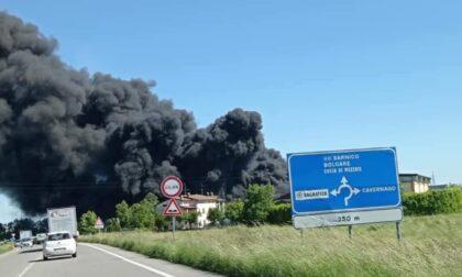 Incendio nella zona industriale di Bagnatica: colonna di fumo visibile da chilometri