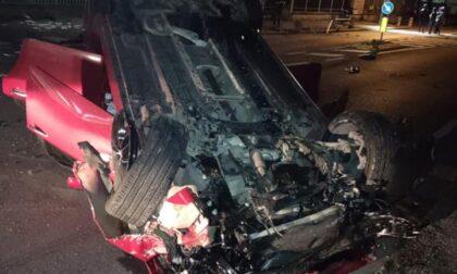 Automobile si ribalta e distrugge due paletti di cemento: illesi cinque giovani