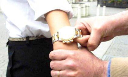 La donna lo distrae, il complice gli strappa il Rolex dal polso: arrestata coppia di scippatori