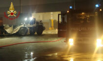 Incendio alle prime ore del mattino in un deposito di materiali di Calusco, sul posto i vigili del fuoco