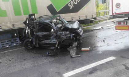 Auto contro camion sulla provinciale della Val Seriana, ad Albino: traffico in tilt