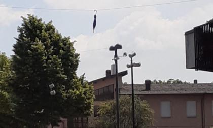 Su piazza San Lorenzo, ad Arzago, c'è un ombrello sospeso (Mary Poppins?)