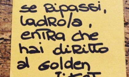 Furto in centro, messaggio ironico del negozio al ladro: «Se ripassi hai diritto al Golden Ticket»