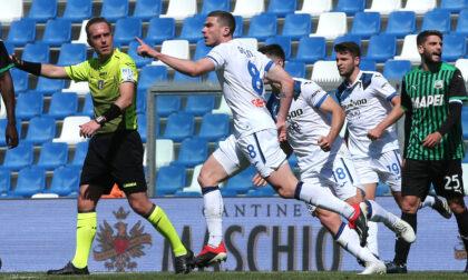 Gran gol di Gosens, Berardi pareggia su rigore (molto dubbio), poi Muriel sbaglia dagli undici metri: 1-1