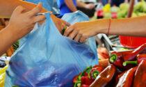 Usa un sacchetto di plastica invece di quelli biodegradabili: 5 mila euro di multa a un ambulante