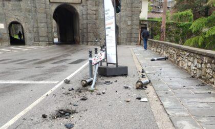 Abbatte tre piloni e un cartello in Porta Sant'Agostino, poi fugge