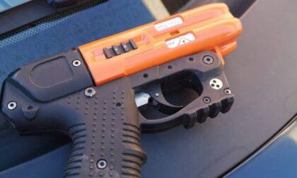 """Lombardia, nuove """"armi"""" per la Polizia locale: pistole al peperoncino e termoscanner"""