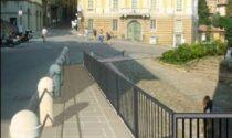 Via la scala a lato di Porta San Giacomo: al suo posto arriva uno scivolo in arenaria