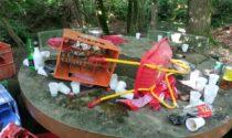 Vandalismo a Mapello, cocci di vetro negli stivaletti dei bimbi