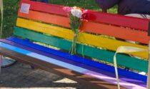 Panchina arcobaleno, il Comune risponde a Bianchi: «Demonizzare simbolo di pace è strumentale»