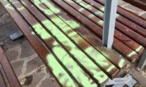 Panchine e tavolo imbrattati con vernice spray: multa di 150 euro a tre minorenni