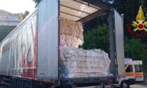 Schiacciato da oltre cinque quintali di plastica: morto un autotrasportatore di 59 anni a Leffe