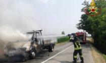 Furgone prende fuoco per strada a Martinengo, nessuna passeggero ferito