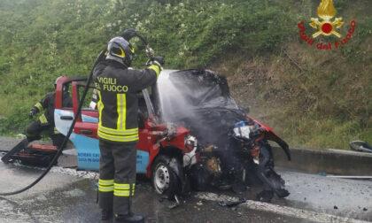 Frontale tra furgone e Panda (che va a fuoco) in superstrada: morto un uomo di 36 anni
