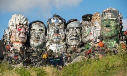 Mount Recyclemore, l'incredibile scultura degli artisti Joe Rush e Alex Wreckage