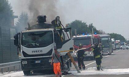 Mezzo in fiamme sulla provinciale della Val Seriana, paura ma per fortuna nessun ferito