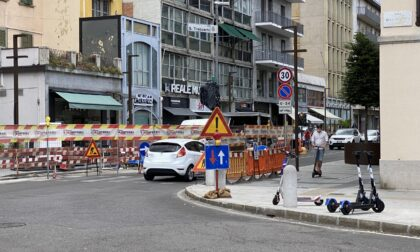 Via Tiraboschi ha riaperto al traffico, dopo che un tombino in mattinata ha ceduto