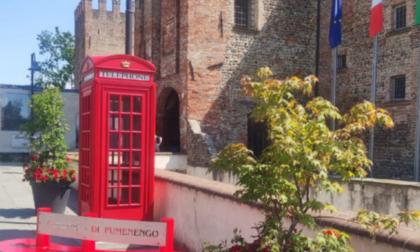 Una cabina telefonica rossa fuori dal castello di Pumenengo, per scambiarsi libri in libertà