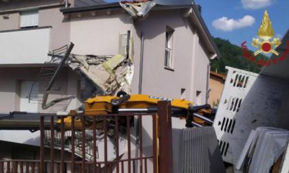 Alzano, si ribalta camion con gru e danneggia una casa