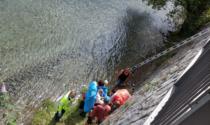 Lavora su un parapetto, scivola e batte la schiena nel fiume: ferito operaio di una ditta di Vertova