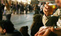 Il Comune vieta il consumo di alcolici in luoghi pubblici, ma toglie il divieto di asporto