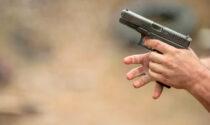 Venditore di auto chiede il pagamento: minacciato con coltello e pistola alla testa
